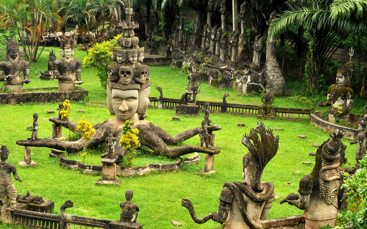 Zahlreiche Buddha-Statuen im Buddha Park in Vientiane © taboga./ shutterstock.com