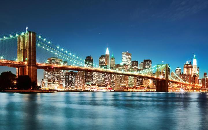 Die Manhattan Brigde und die Skyline von New York bei Nacht, USA © IM_photo / Shutterstock.com