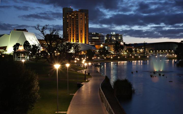 Adelaide bei Nacht © Neale Cousland / shutterstock.com