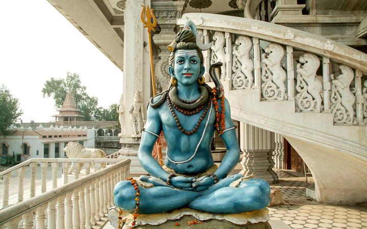 Eine Shiva Statue im Chattapur Mandir Tempel in Neu Delhi, Indien © dubassy / Shutterstock.com