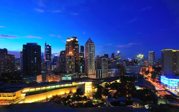Die Stadt Makati in der Dämmerung © skyearth / Shutterstock.com