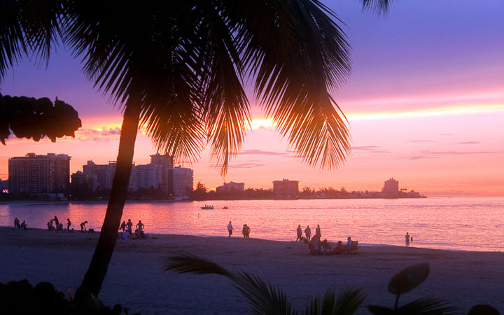Sonnenuntergang am Strand von San Juan © ARENA Creative / shutterstock.com