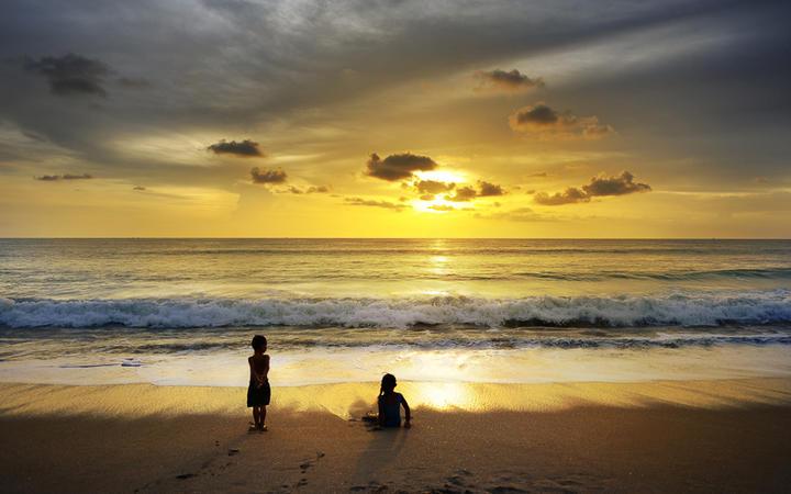 Sonneuntergang an einem Strand in Khao Lak, Thailand © worradirek / Shutterstock.com