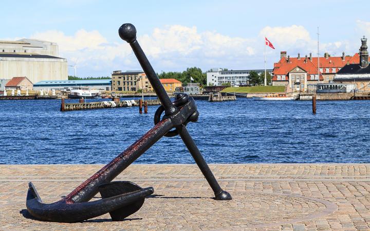 Ein großer Anker im Hafen von Kopenhagen, Dänemark © Kyrien / Shutterstock.com