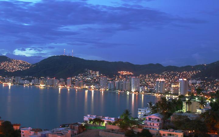 Die Bucht von Alcapulco bei Nacht © Humberto Ortega / Shutterstock.com