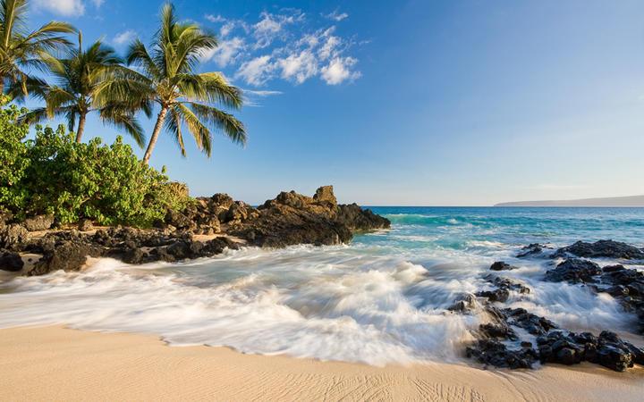 Strand in einer Bucht in Makena im Süden der Insel Maui, Hawaii, USA © idreamphoto / Shutterstock.com