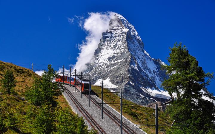 Die Gornergratbahn vor dem Matterhorn, Wallis, Schweiz © Olimpiu Pop / Shutterstock.com
