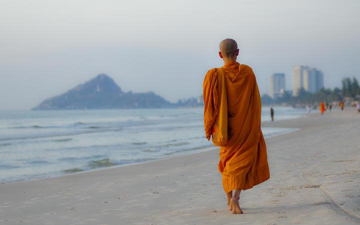 Mönch am Hua Hin Strand von Thailand © hinnamsaisuy / shutterstock.com