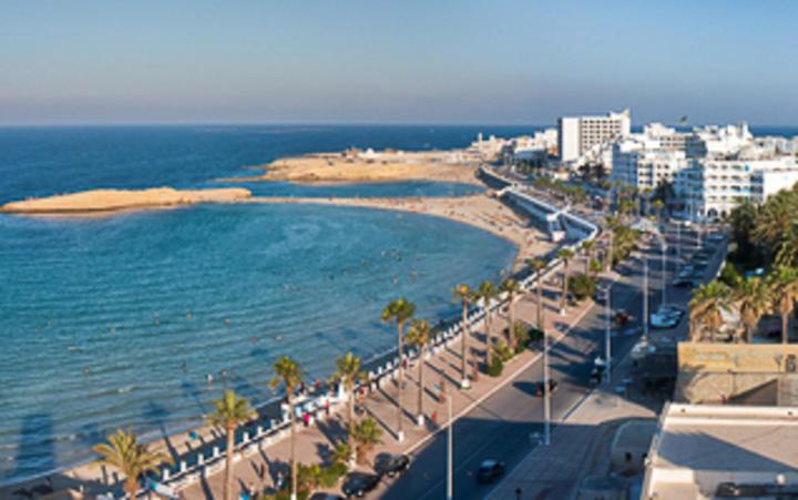 Strand und Promenade in Monastir, Tunesien © piotrwzk / Shutterstock.com