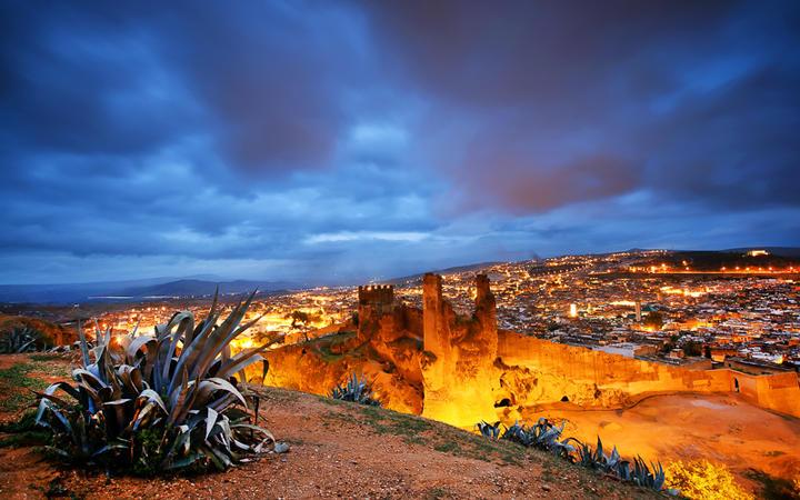 Blick über die Stadt Fes el Bali in der Abenddämmerung, Marokko © Rechitan Sorin / Shutterstock.com