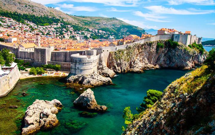 Blick über die Stadt und die Stadtmauern von Dubrovnik © Bertl123 / Shutterstock.com