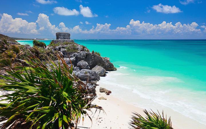 Maya Ruinen an der traumhaft schönen Küste in Tulum, Mexiko © BlueOrange Studio / Shutterstock.com