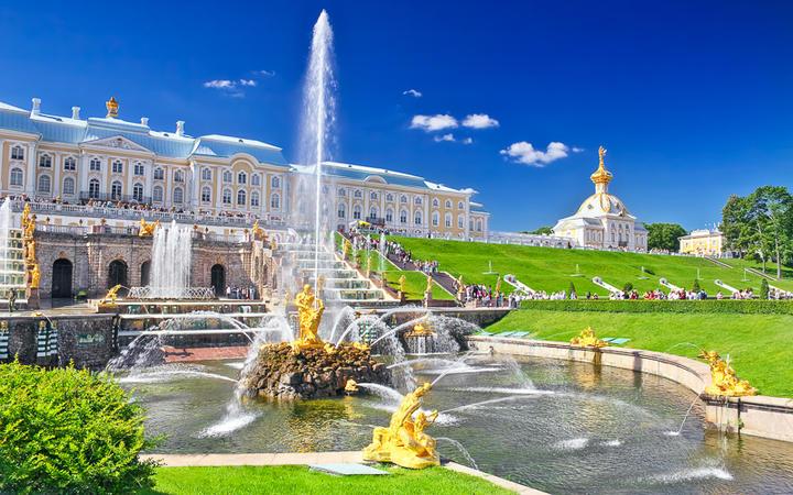 Schloss Peterhof in Sankt Petersburg © Brian Kinney / Shutterstock.com