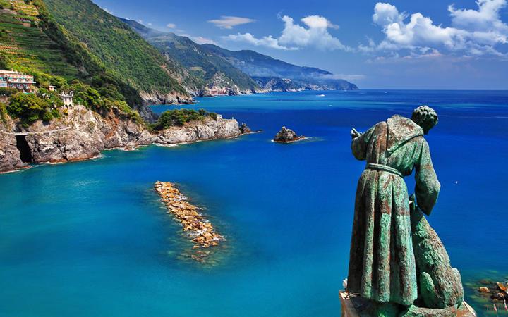 Der heilige Christopherus liegt auf einem Hügel in Moterosso © leoks / shutterstock.com