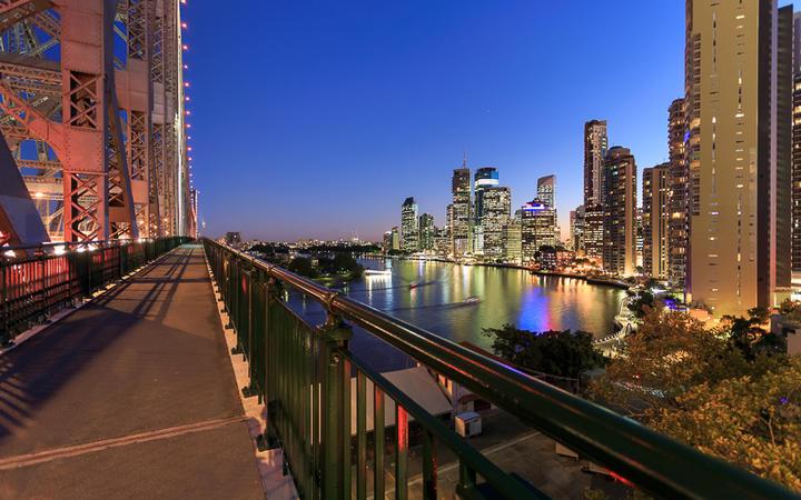 Die Story Bridge in Brisbane bei Nacht © Pawel Papis / shutterstock.com