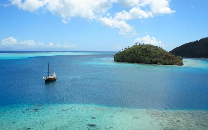 Kleine Insel vor Huahine, Franösisch Polynesien © Guido Amrein, Switzerland / shutterstock.com