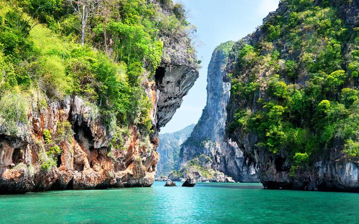 Meerenge bei Krabi © Iakov Kalinin / Shutterstock.com