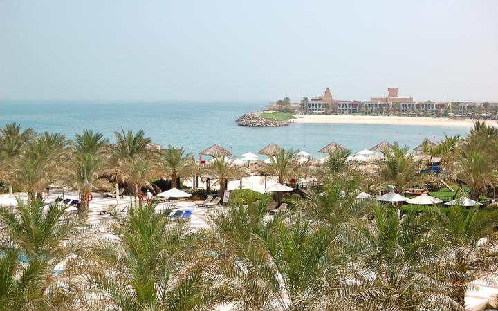 Strand und Bucht eines Luxushotels in Ras Al-Khaimah © slava296 / Shutterstock.com