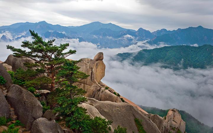 Der Felsen Ulsanbawi am Berg Seoraksan, mitten im Taebaek-Gebirge in Südkorea © Maxim Tupikov / shutterstock.com