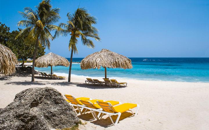 Karibischer Sandstrand in der Piscadera Bay, Curacao, Niederländische Antillen © AdStock RF / Shutterstock.com