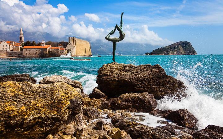 Statue an der Küste in der Nähe von Budva, Montenegro © MaleWitch / Shutterstock.com