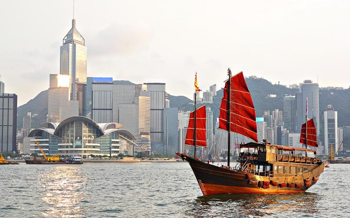 Schiff im Hafen von Hongkong © leungchopan / Shutterstock.com