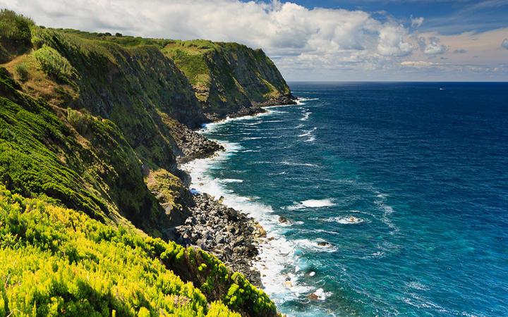 Die Küste von Sao Miguel, der größten Insel der Azoren © ArjaKo's / Shutterstock.com