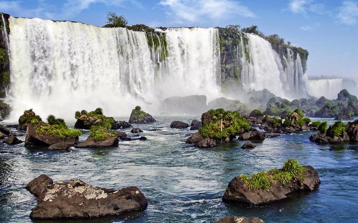 Die beeindruckenden Iguazu Wasserfälle zählen zu den größten Wasserfällen der Welt, Parana, Brasilien © Andrej Glucks / shutterstock.com
