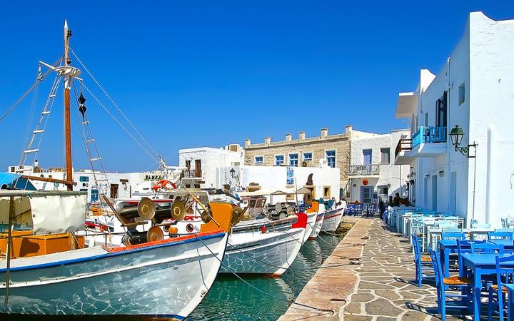 Die Hafenpromenade des Fischerorts Naoussa im Norden der Insel Paros © Nikos Psychogios / Shutterstock.com