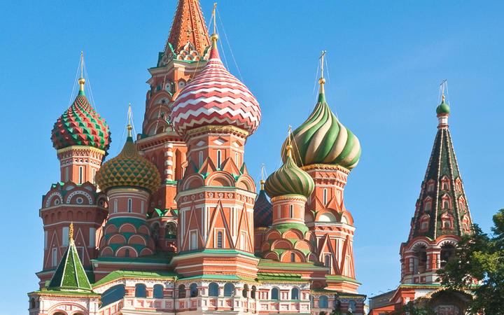 Die bunten Kuppeln der berühmten Basilius-Kathedrale am roten Platz © slava17 / Shutterstock.com