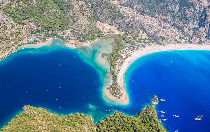 Blick auf die Küste von Ölüdeniz und ihre Lagune © aislin / Shutterstock.com