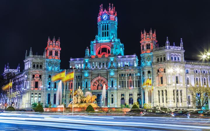 Das Rathaus Palacio de Cibeles in Madrid mit Weihnachtsbeleuchtung © Jose Ignacio Soto / shutterstock.com