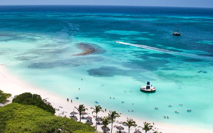 Der karibische Traumstrand Palm Beach auf Aruba © martinique / Shutterstock.com