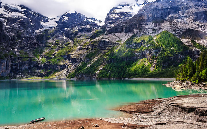 Der smaragdgrüne Oeschinensee im Herzen der Schweizer Alpen, Kandersteg, Schweiz © Ivan Pavlov / Shutterstock.com