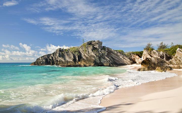 Goldener Strand und schäumendes Meerwasser an der Südküste von Bermuda © V. J. Matthew / Shutterstock.com