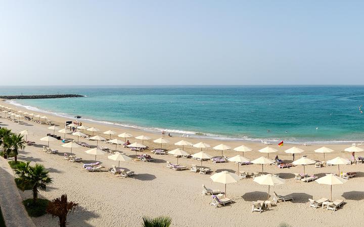Panoramablick auf den Strand eines luxoriösen Resorts In Fujairah, VAE © slava296 / Shutterstock.com