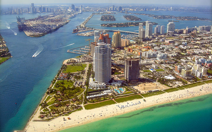 Blick auf den South Pointe Park und den Strand in Miami Beach, Florida, USA © alexmillos / Shutterstock.com