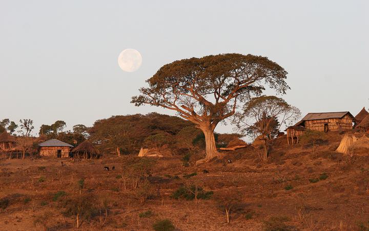 Kleines äthiopisches Dorf bei Sonnenuntergang © urosr / shutterstock.com