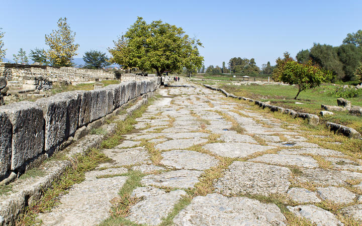 Romanische Straße © Panos Karas / Shutterstock.com