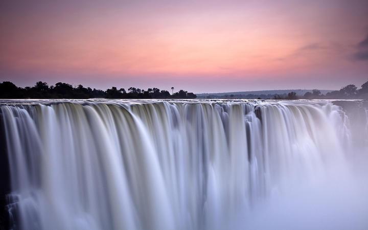 Wasserfall in der Morgendämmerung © 2630ben / Shutterstock.com