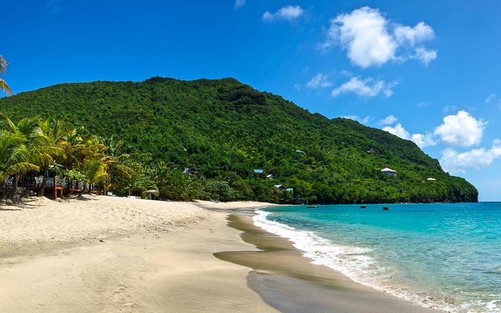 Der wunderschöne Sandstrand auf der Insel Bequia - die größte Insel des Staates St. Vincent und die Grenadinen © kenkistler / shutterstock.com