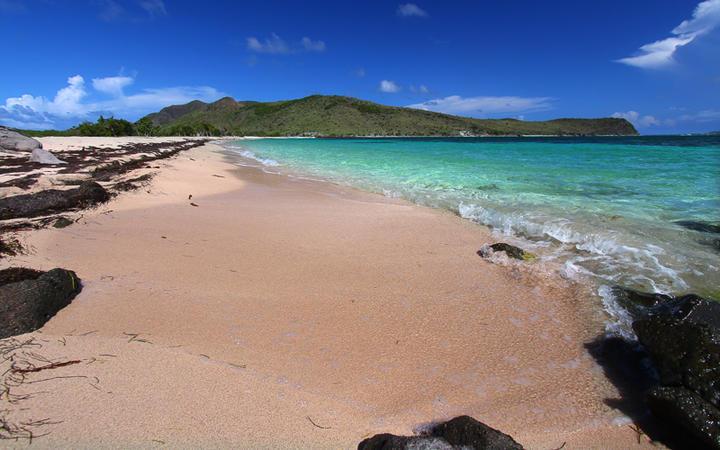 Karibischer Strand auf der Insel Saint Kitts © Jason Patrick Ross / Shutterstock.com