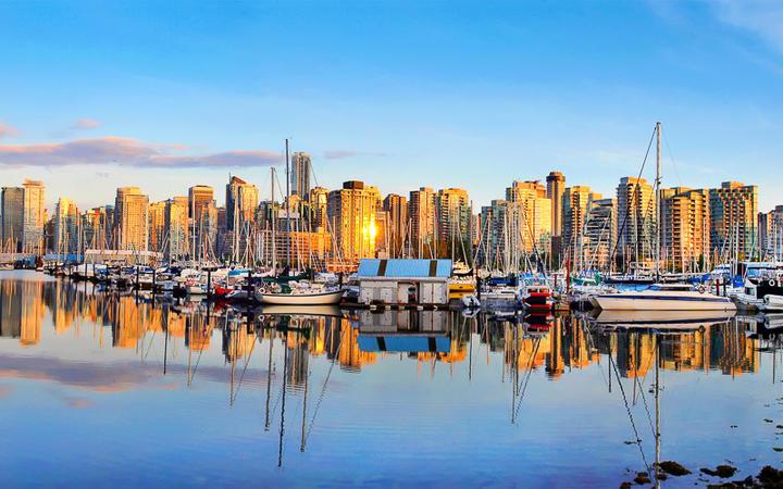 Blick auf die Skyline von Vancouver bei Sonnenuntergang © jakobradlgruber / Shutterstock.com
