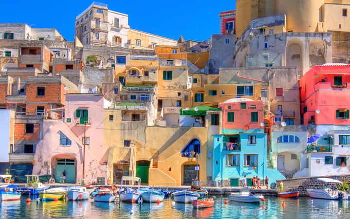 Die bunten Häuser auf der Insel Procida © Francesco R. Iacomino / Shutterstock.com