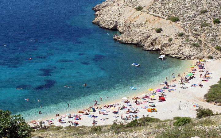 Blick auf eine sandige Bucht auf der Insel Krk © urosr / Shutterstock.com