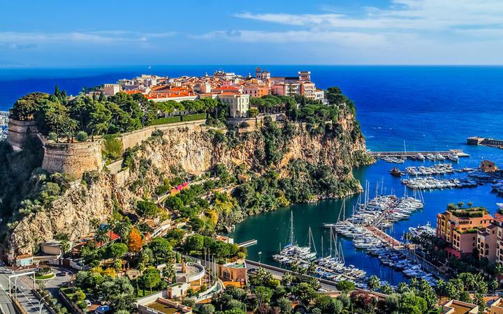Der Felsen von Monaco. Hier befinden sich die Altstadt, das Ozeanographische Museum und der Fürstenpalast. © ostill / Shutterstock.com