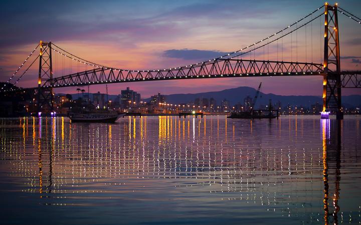 Die Hercilio Luz Brücke bei Sonnenuntergang, Santa Catarina, Brasilien © Daniel Wiedemann / shutterstock.com