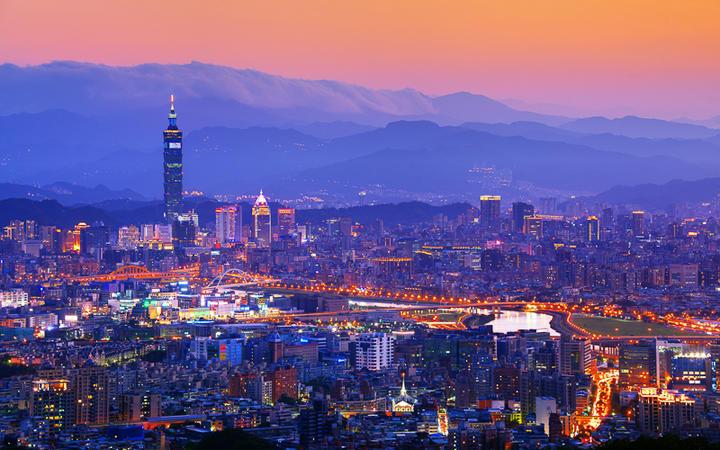 Taipeh mit den Bergen des Yangmingshan-Nationalparks © SeanPavonePhoto / shutterstock.com