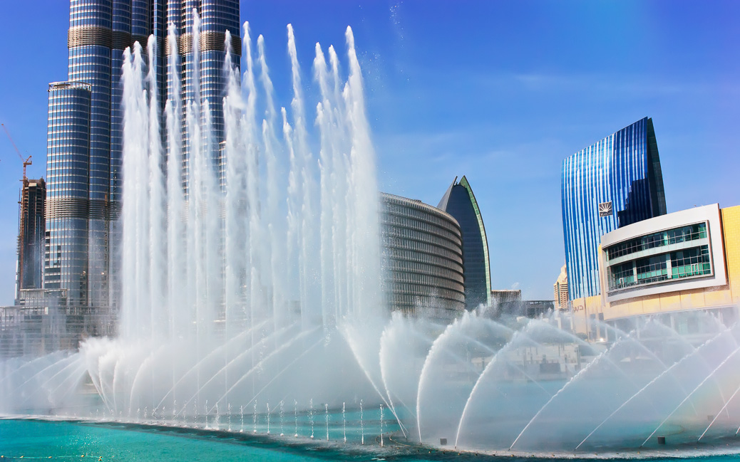 DUBAI, UAE - NOVEMBER 14: The Dancing fountains downtown and in a man-made lake in Dubai, UAE on November 14, 2012. The Dubai Dancing fountains are world's largest fountains with height 150 m. © Laborant / Shutterstock.com