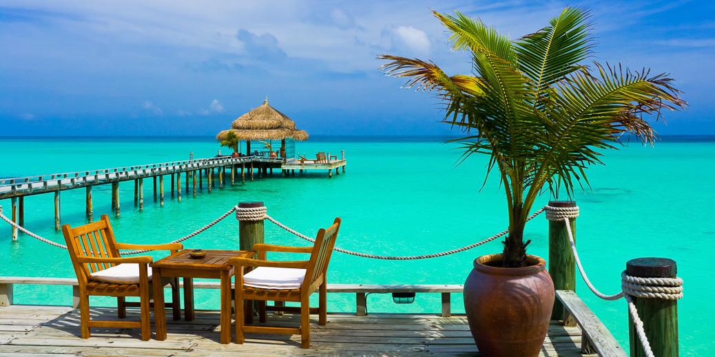 Café direkt am Meer auf den Malediven © Tatiana Popova / Shutterstock.com